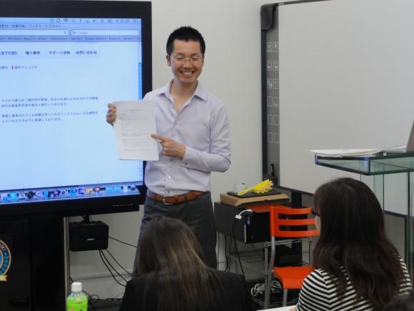 ▲82インチ特大タッチパネルを使用して説明するベリタスアカデミーの坂木俊信先生。