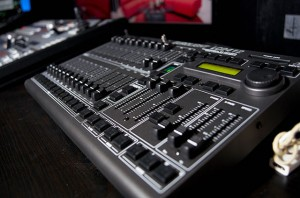 ハリウッド・スタジオの照明すべてを集中制御するコントローラ(DMXコントローラ)